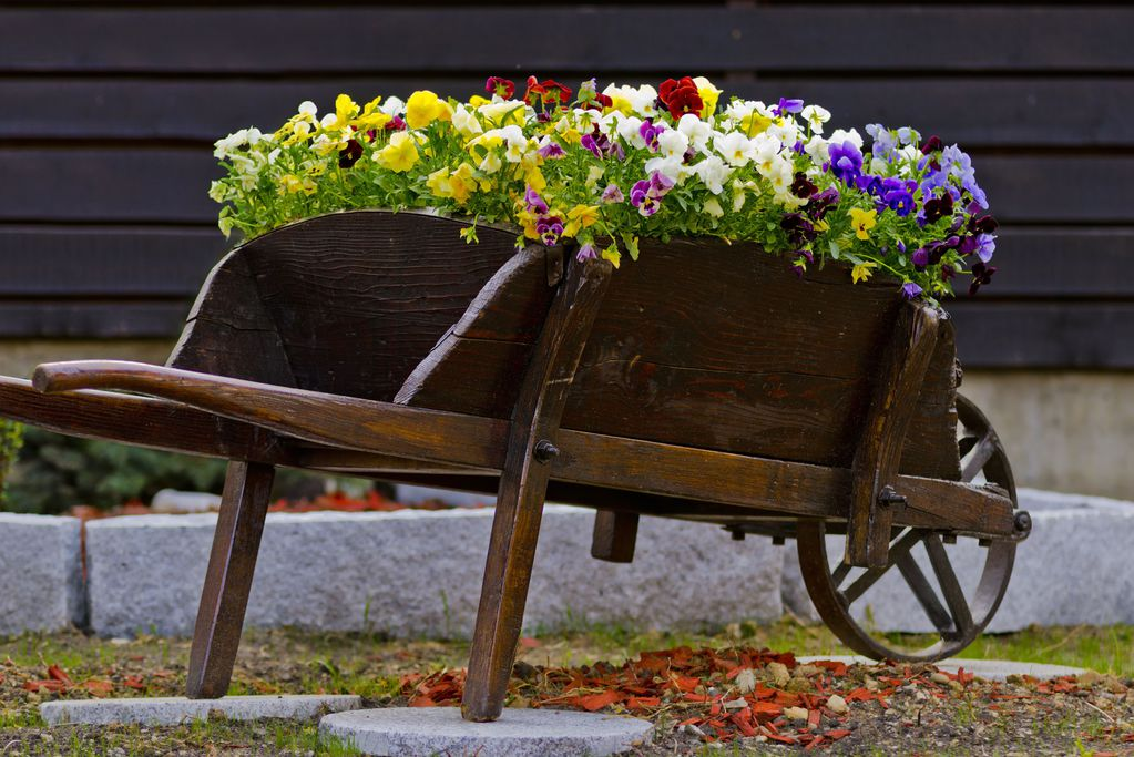 Brouette en bois utilisation choix d 39 une brouette bois - Que mettre dans un composteur de jardin ...