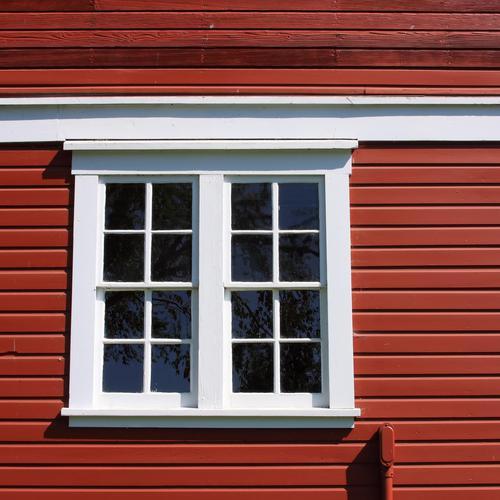 Préparer une peinture suédoise pour boiseries extérieures
