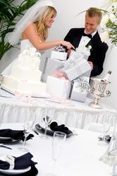 Mariés déballent leurs cadeaux