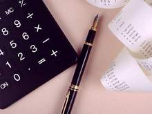 Calculatrice noir et stylo plume