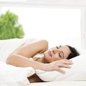 Femme sommeil cote lit blanc
