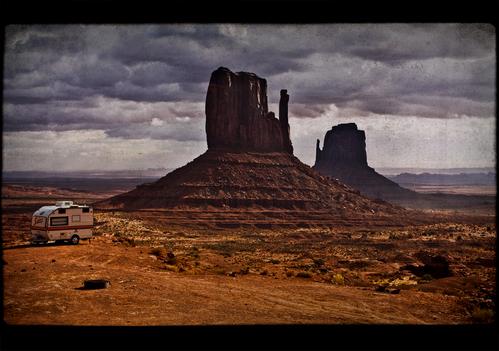 Une caravane dans le désert américain