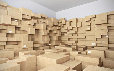 Cartons remplissent la pièce