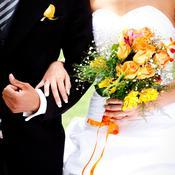 Mariés se tenant le bras