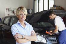 Femme attend voiture reparation