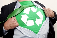 Homme costume superman logo vert recyclage