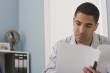 Homme lisant un document dans son bureau