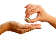 Main de femme donne euros
