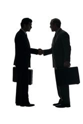 Deux hommes se serrent la main fond blanc