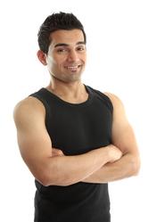 Homme bras croises debardeur noir