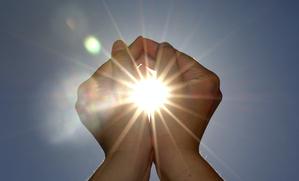 Soleil entre deux mains