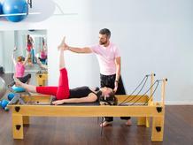 Femme et coach exercices