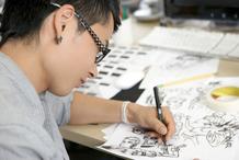 Jeune homme dessine bureau