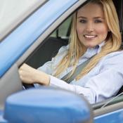 Jeune femme blonde au volant