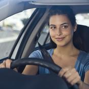 Jeune femme brune au volant