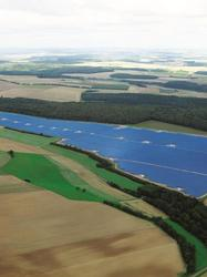 Paysage intégrant un champs de panneaux photovoltaiques