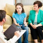 Mère et fille parlent avec psychiatre