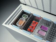Congélation des aliments dans un congélateur avec du poisson une céréale de la glace et des légumes