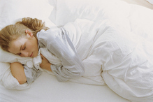 Femme sommeil lit draps blancs