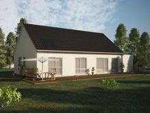 Construction d'une maison plein pied avec terrasse contenant un panneau solaire sur son toit
