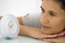 Femme regardant l'heure