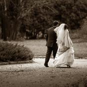 Jeunes mariés dans un parc N&B