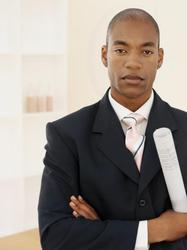 Un homme en costume tient un rouleau de papier