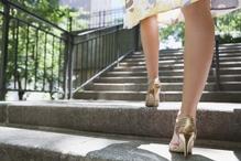 Femme monte escalier en talons