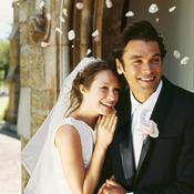 Couple marié devant église