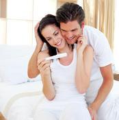 Couple célébrant une grossesse