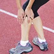 Femme ayant une crampe au mollet gauche
