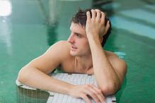 Homme piscine repos