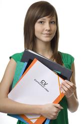 Jeune fille avec dossier et papiers