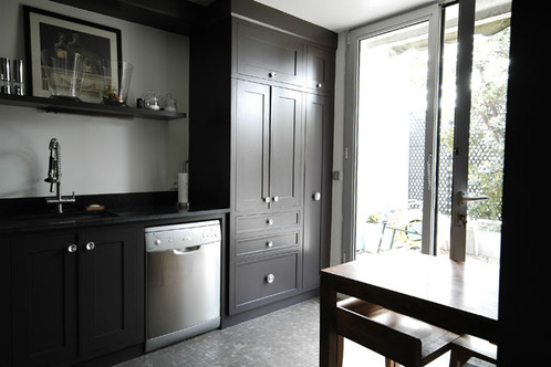 photo le guide de la cuisine cuisine amenag e dominance noir avec porte fenetre. Black Bedroom Furniture Sets. Home Design Ideas