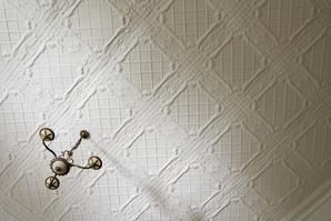 Le raffinement d'une décoration intérieure peut s'exprimer jusque dans l'ornement des plafonds.