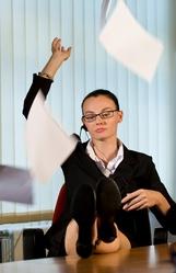 Femme tailleur envoie papiers en l'air