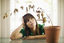 Jeune femme ennui plante morte