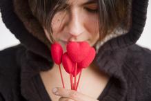 Femme en noir coeurs rouges