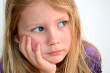 Petite fille regard dans le vide