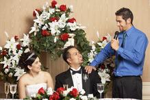 Invité fait un discours auprès des mariés