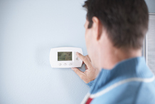 Homme thermostat mur blanc