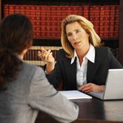 Femme s'entretient avec un notaire