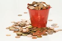 Seau rempli de pièces de monnaie