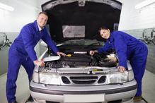 Deux mecaniciens inspectent moteur avant
