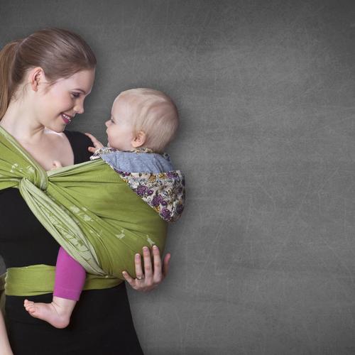 Porter un bébé en écharpe