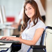 Jeune femme en fauteuil roulant au travail
