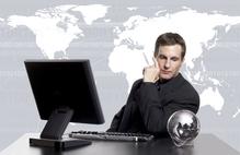 Homme au bureau fond map monde