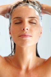Femme douche shampooing cheveux