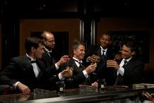 Hommes en costard prennent un verre