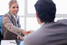 Homme et femme se serrent la main au bureau